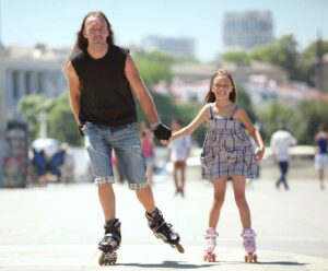 dad-with-his-daughter-inlineskating
